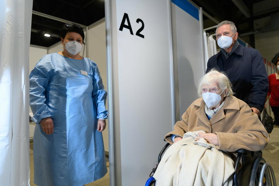 Die 93-jährige Felizitas Diestel aus Dresden wird im Impfzentrum in der Sachsen Arena im Rollstuhl zum Impfen gegen Corona geschoben.
