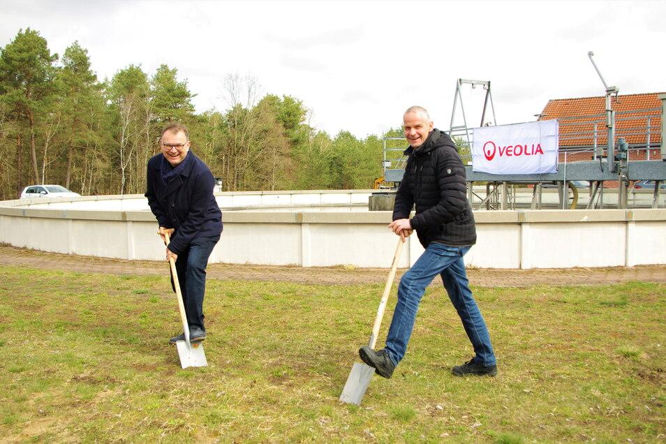 Freude bei Bürgermeister Heiko Driesnack (l.) und AZV-Geschäftsstellenleiter Lars Mögel: Mit dem ersten Spatenstich begann jetzt die Erweiterung und Modernisierung der Kläranlage in Königsbrück.