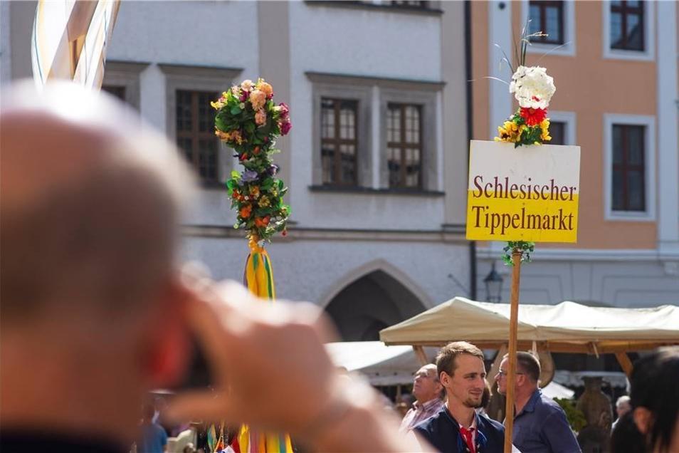 Bereits zur Eröffnung am Sonnabend zeigte sich das Wetter von seiner schönsten Seite und sorgte dafür, dass die Besucher gut gelaunt vom Obermarkt über die Brüderstraße bis zum Untermarkt flanieren konnten. Der Schildträger, der den Besuchern noch einmal verdeutlichte, auf welcher Veranstaltung sie sich befanden, war ein beliebtes Fotomotiv.