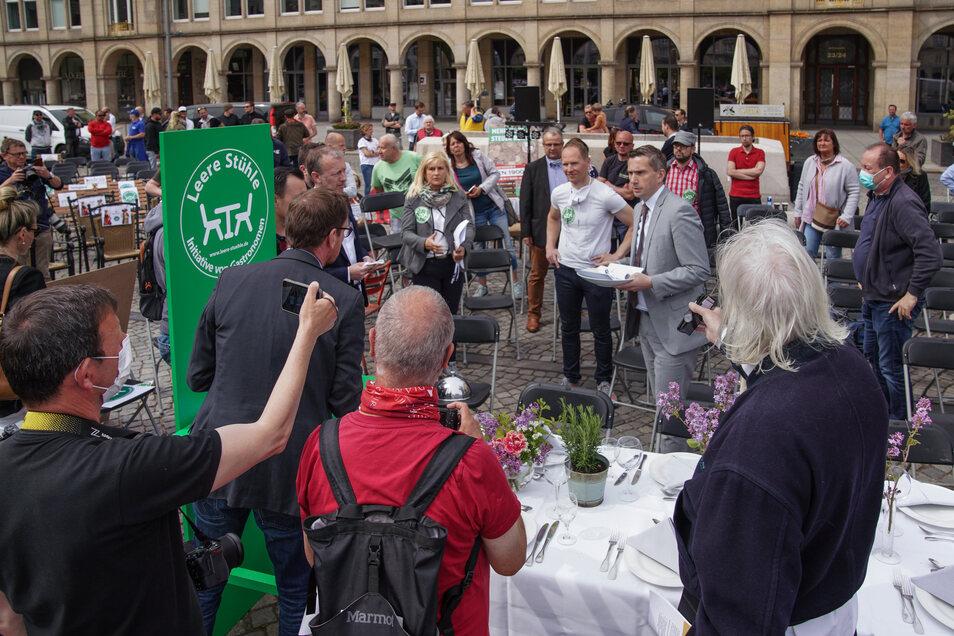 Sachsens Wirtschaftsminister Martin Dulig nahm auf dem Altmarkt eine Liste mit Forderungen der Gastronomen, Hoteliers und Veranstalter entgegen. Sie übergaben ihm auch ihr Konzept für die coronasichere Bewirtschaftung von Biergärten und Terrassen.