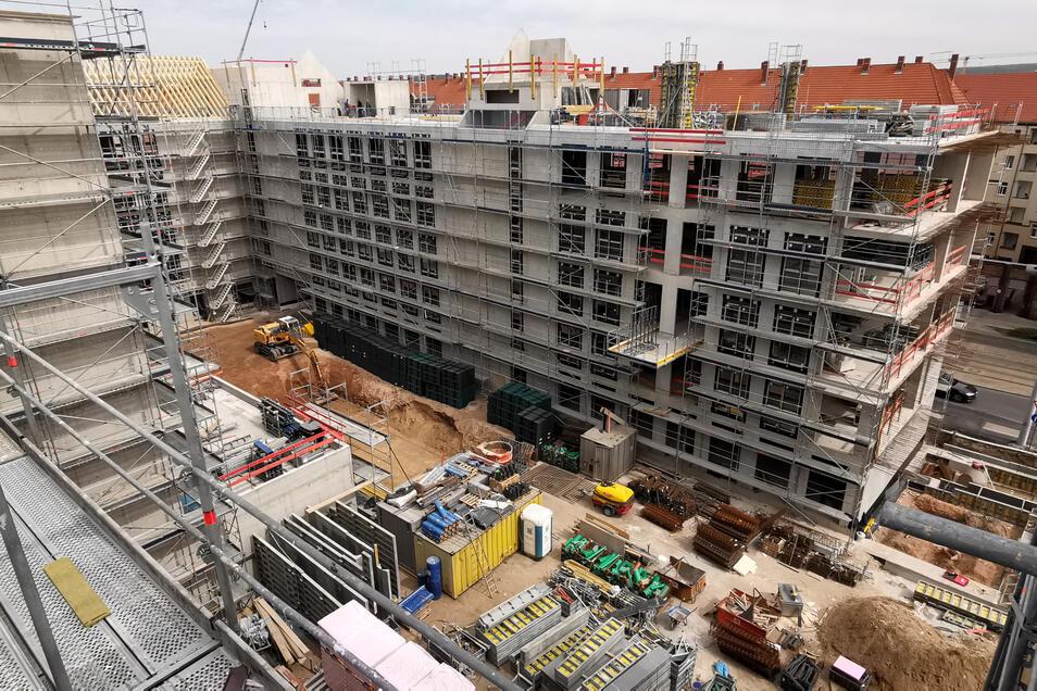 Der Gebäudekomplex wird aufgrund des knappen Platzes in Etappen gebaut. Zuletzt wird der Teil gebaut, wo ganz rechts im Bild noch keine Etage steht.