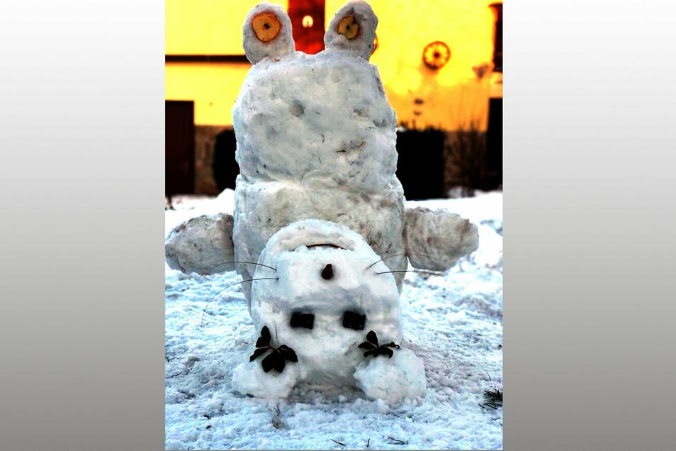 Fayli (9) und Jella (4) Petruschke aus Döbeln-Masten haben diese süße Schneemaus auf den Kopf gestellt.