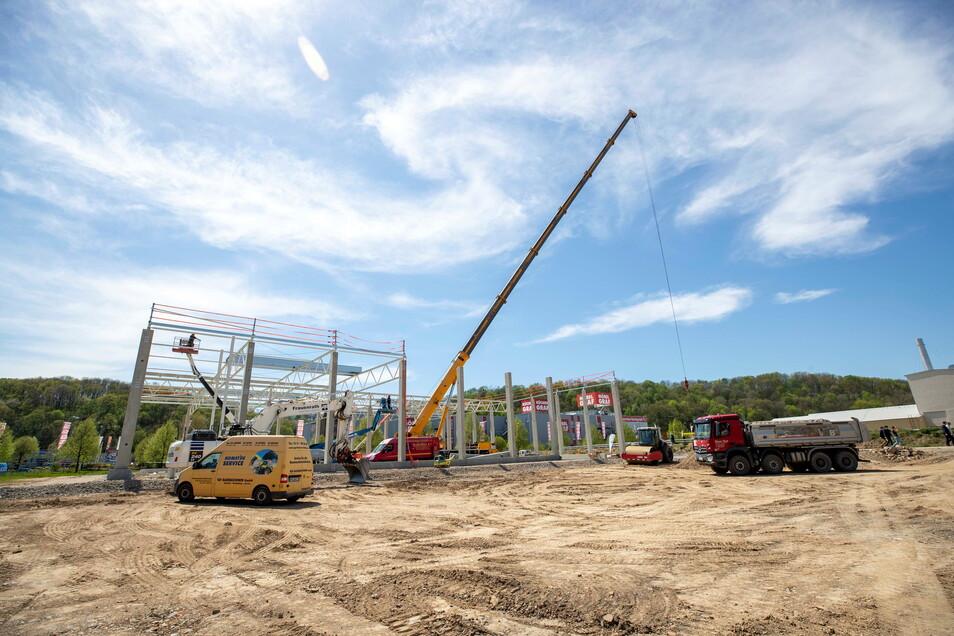 """Gerade erst begonnen, inzwischen schon weit fortgeschritten: Im Pirnaer Gewerbepark """"An der Elbe"""" gegenüber von Möbel Graf entsteht bis Mitte September eine 2.000 Quadratmeter große Gewerbehalle."""