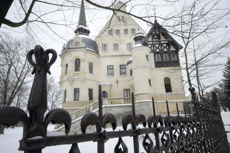 Mit 24.500 Euro konnte die Gemeinde Schönfeld die Zufahrt zum Traumschloss Schönfeld endlich vor der Schlossweihnacht erneuert werden. Die Löcher im Asphalt waren Besuchern schon lange ein Dorn im Auge.