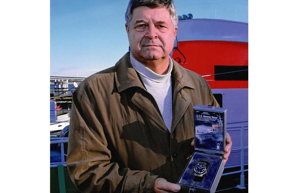 Im Februar 2002 stellt Hans-Jürgen Mühle den S.A.R. Rescure-Timer vor. Diese robuste Uhr wird an die Deutsche Gesellschaft zur Rettung Schiffbrüchiger übergeben. Seitdem befinden sich dort über 50 Uhren zur Langzeiterprobung im Einsatz.