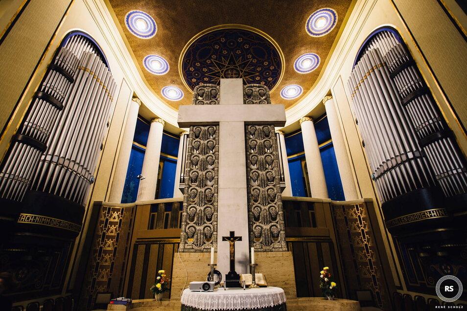 Die Eule-Orgel in der Evangelischen Kreuzkirche Görlitz. Die hohen sichtbaren Flöten stammen von der früheren Sauer-Orgel, sind aber nur Attrappe.