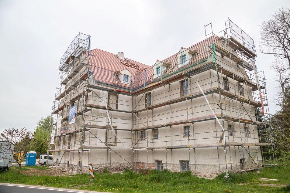 Das aus dem Jahre 1615 stammende frühere Herrenhaus in Särichen wird saniert. Bis zum Frühjahr 2022 sollen hier acht Wohnungen entstehen.