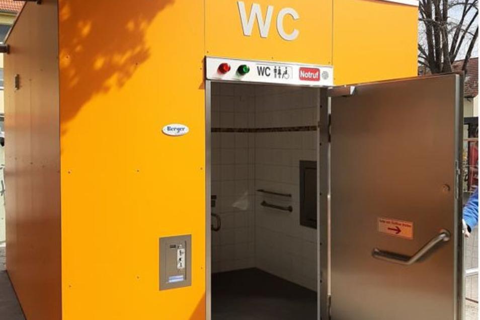 Diese neue Toilette steht jetzt auf dem Kamenzer Macherplatz.