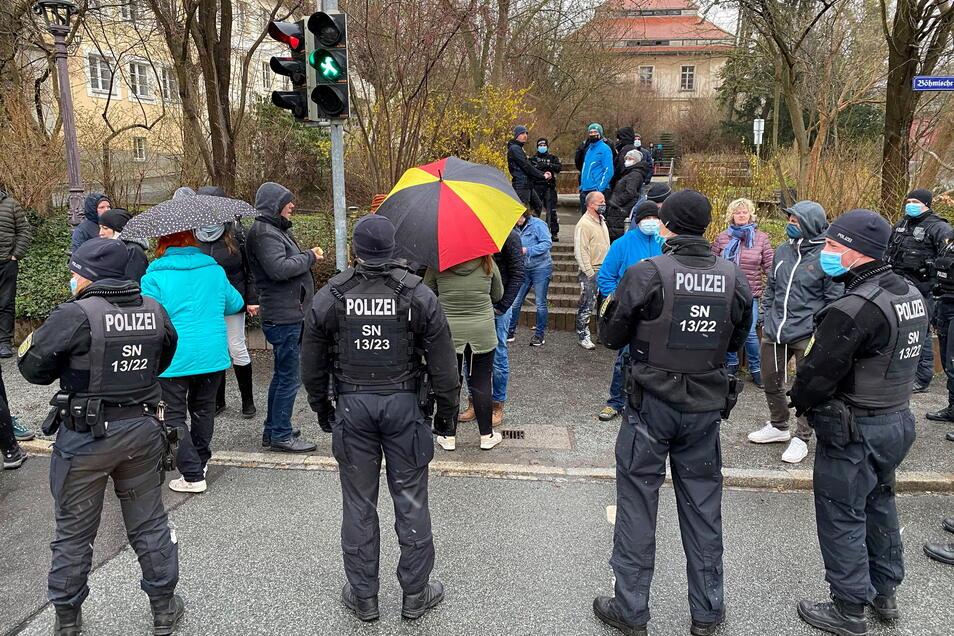 """Auch am Ostermontag standen sich Polizisten und """"Spaziergänger"""" am Zittauer Stadtring gegenüber."""