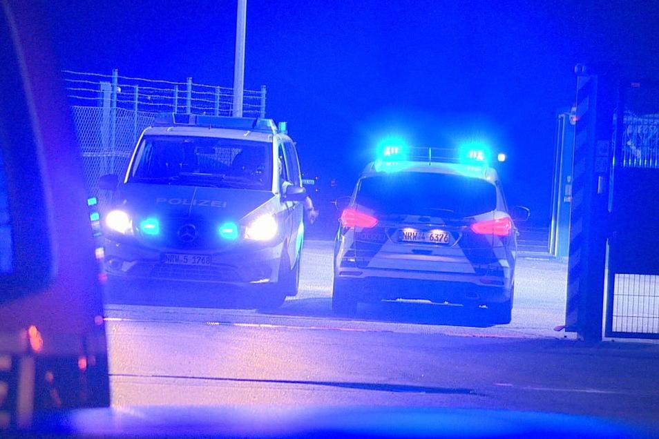 Polizeifahrzeugen passieren ein Tor am Flughafen Weeze: Hier war es an Abend zu einem Zwischenfall gekommen.
