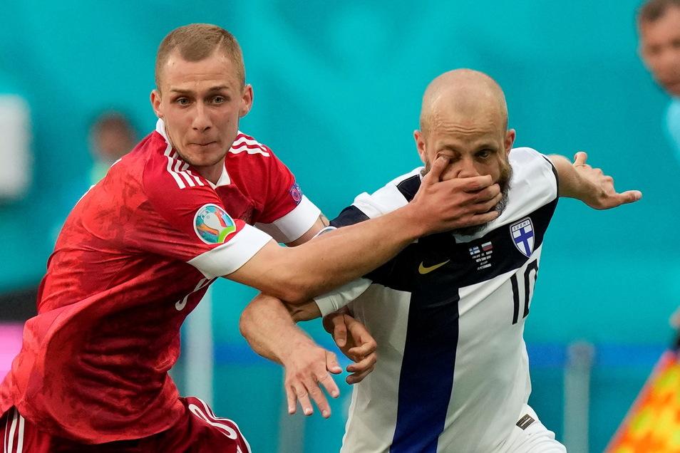 Russlands Dmitri Barinow (l.) stoppt Finnlands Teemu Pukki unfairen Mitteln. Am Ende gewinnt Russland 1:0.