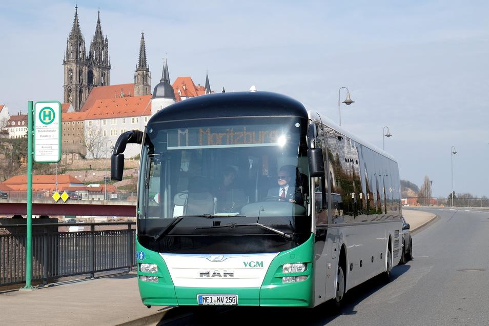 Ein VGM-Bus fährt von Meißen nach Moritzburg. Forscher der Frauenhofer-Gesellschaft raten in öffentlichen Verkehrsmitteln zum Tragen einer FFP2-Maske, die viel besser schützt als eine einfache medizinische Maske.
