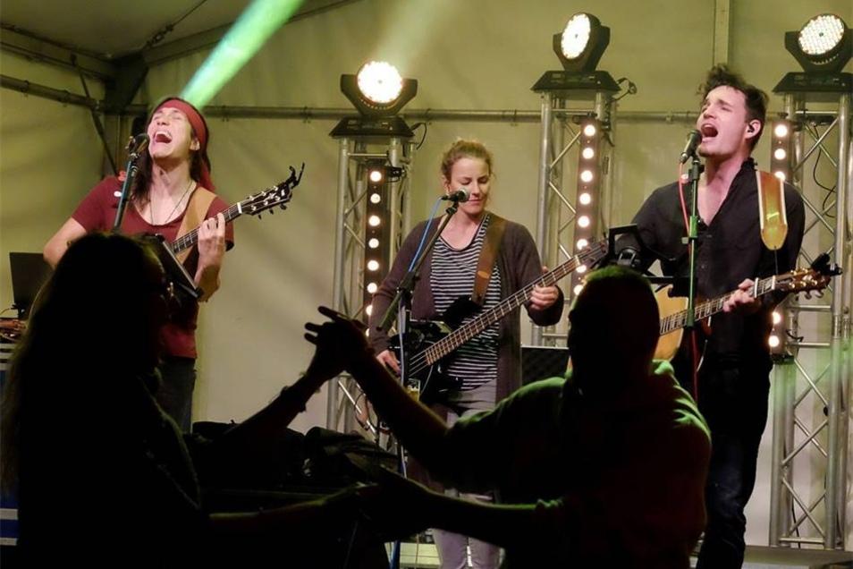 Die Band Colour The Sky heizte am Freitagabend im Hof der Roten Schule ein.