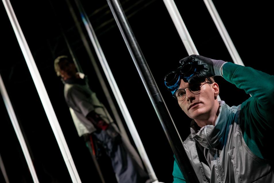 Theaterstück: Diamond Sky. Schauspieler Martin (Ilya Wolfsohn) beobachtet lieber die Sterne, als selbst in die Höhe zu klettern.