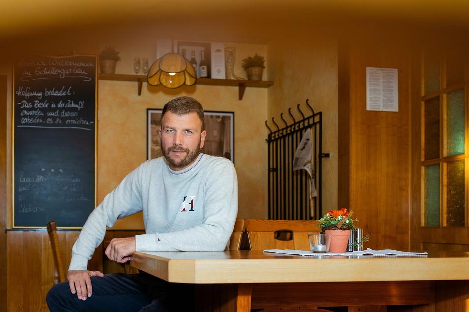Mike Hirsch ist Fußballer und betreibt die Pension Schillergarten in Radeberg. Er hat am Mittwoch gleich doppelten Grund zur Freude. Touristen dürfen wieder bei ihm übernachten und bei den Spielen dürfen endlich wieder Zuschauer dabei sein.