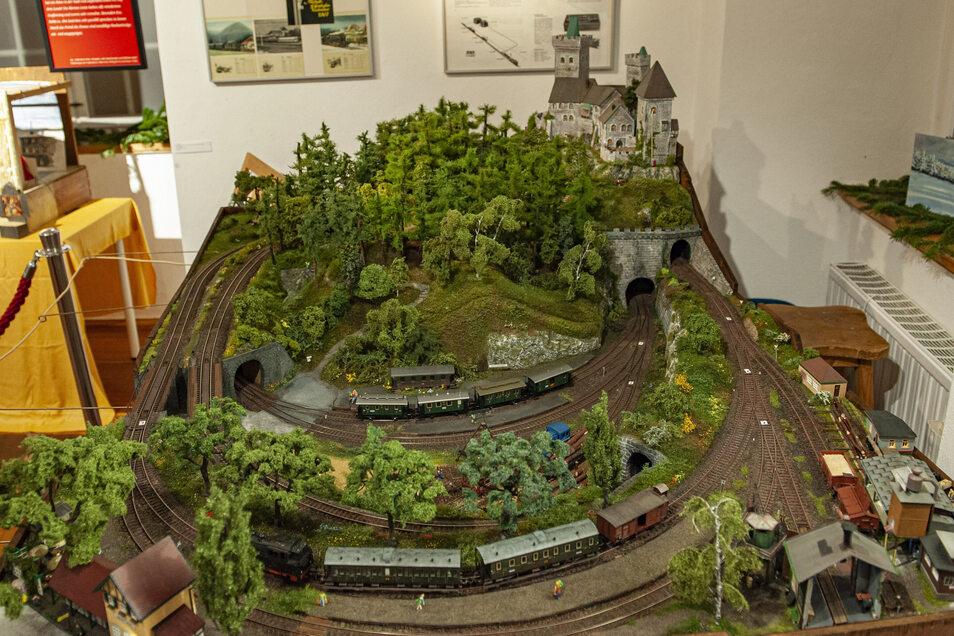 Der Lausitzer Modelleisenbahn Verein aus Senftenberg hat diese Bahn mit Märchenfiguren zur Verfügung gestellt.