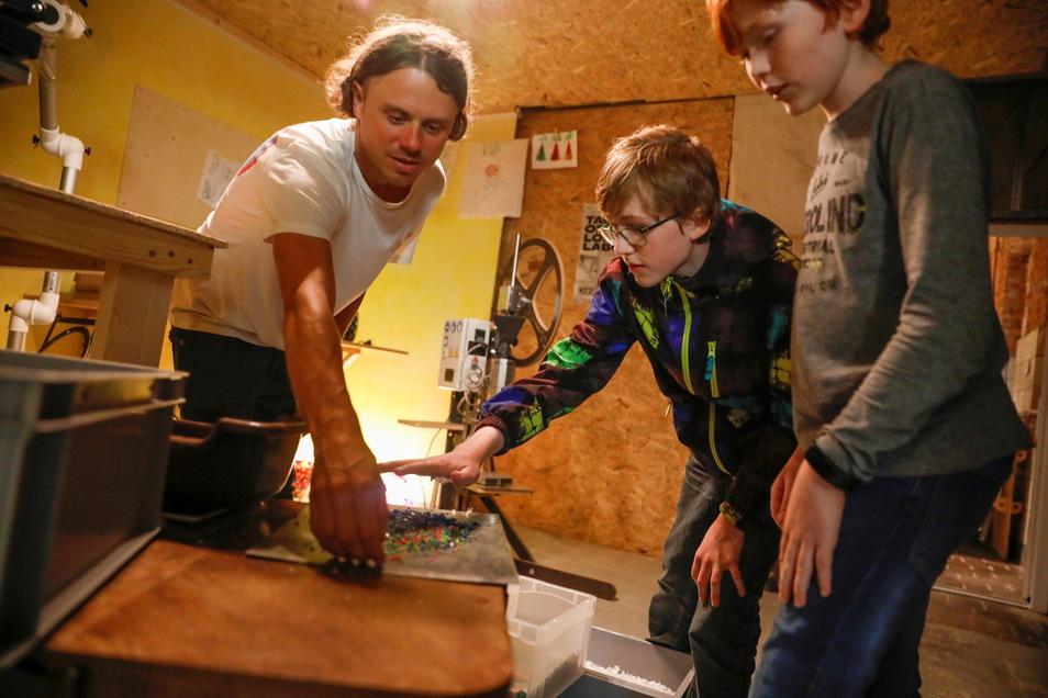 Dominic Kießling (links), Künstler aus Dresden, zeigte in Löbau, wie man mit Materialien experimentieren kann.
