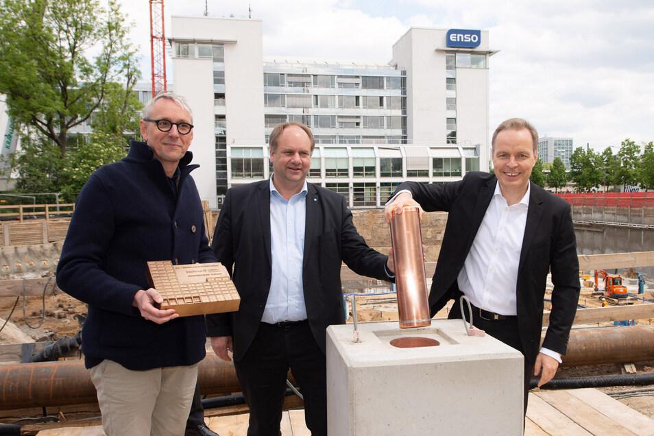Firmenchef Frank Brinkmann und Oberbürgermeister Dirk Hilbert setzen bei der Grundsteinlegung die Kassette in den Grundstein. Mit dabei war auch Planer Stephan Schütz (l.) von den Gerkan, Marg und Partner Architekten.