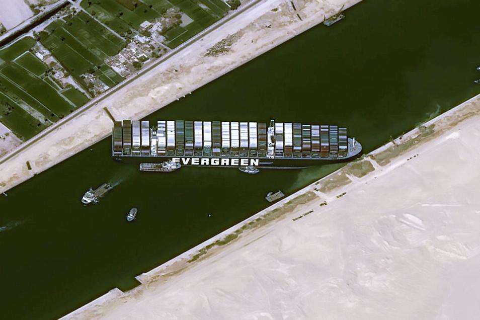 Das am 25.03.2021 veröffentlichte Sattelitenbild zeigt das Frachtschiff MV Ever Given, das im Suezkanal auf Grund gelaufen war.