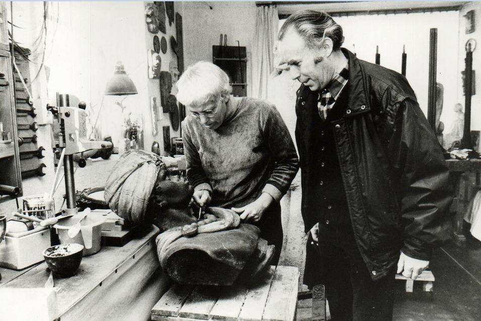 Bildhauerin Gisela Mauermann (hier neben dem Bewahrer des Kunstwerkes, Schlossermeister Wolfhart Wagner) hatte eine umfangreiche Restaurierung des historischen Kopfes vorgenommen.