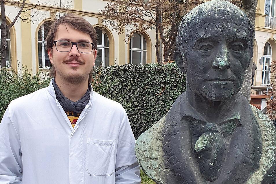 Eric Leitert studiert in Dresden Medizin. Dafür hat er ein Stipendium vom Landkreis erhalten. Zu sehen ist Leitert hier mit einem Denkmal von Carl Gustav Carus, dem Namensgeber der Dresdner Universitätsklinik.