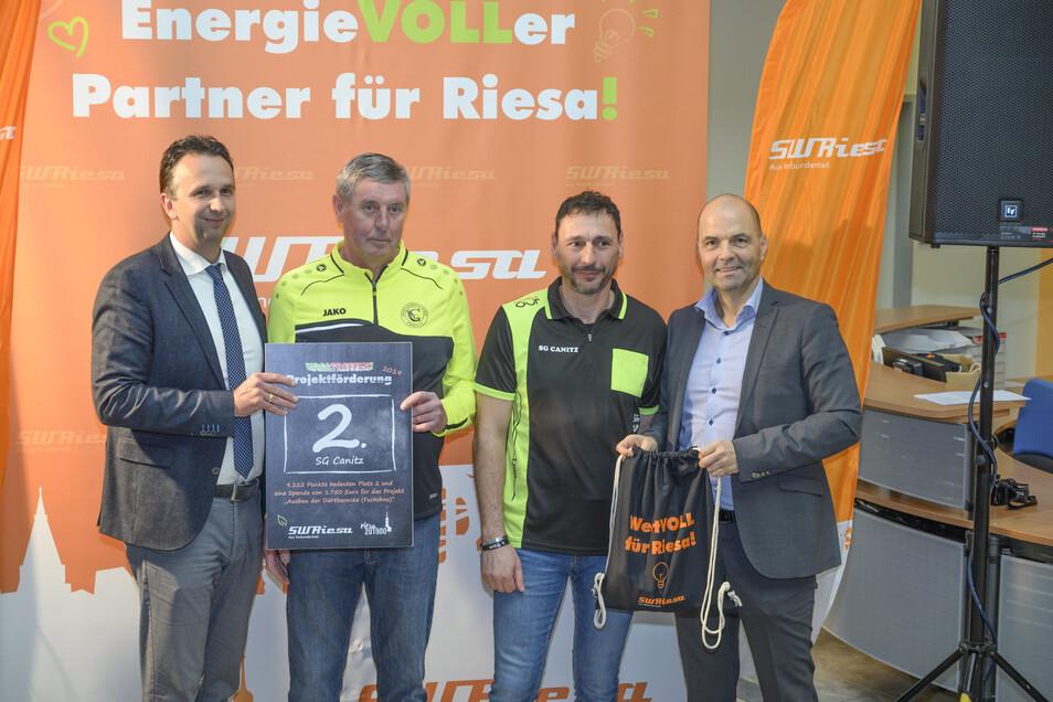Platz 2 und 1.750 Euro hat sich die SG Canitz erkämpft, für den Verein nahm Reiko Pöschl (2.v.r.) den Gewinn entgegen.