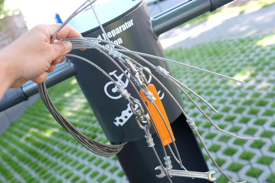 Vandalismus oder Diebstahl? Unbekannte haben das Selbstreparaturset an Meißens neuer Fahrradstation zerstört.