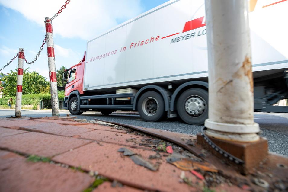 Ein Lkw fährt in die enge Kurve an der Nossener Straße in Wilsdruff ein. An dieser Stelle haben einige Fahrzeugführer bereits Schäden verursacht, weil diese so eng ist. Der Verkehr an der Nossener Straße in Wilsdruff ist die Hölle für die Anwohner.