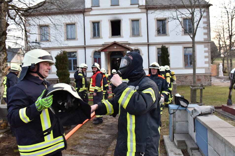 Die Feuerwehren aus Fürstenau, Geising und Löwenhain eilten zum Unfallort.