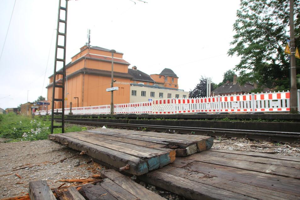 Am Rand der Gleise liegen Schwellen, der Fahrgastunterstand ist verschwunden.