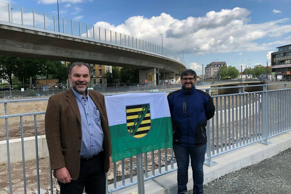 Sachgebietsleiter Thomas Jakob (l.) vom Umweltamt und Projektleiter Christoph Rauch freuten sich im Mai 2020, als der Ausbau von Dresdens gefährlichstem Fluss am Weißeritzknick unterhalb der Kesselsdorfer Straße abgeschlossen war.