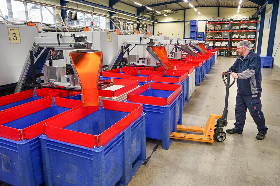 Fast eine Million Einführhilfen für Tampons werden in der Spritzgusshalle bei HPF in Crosta täglich produziert. Verfahrensmechaniker Tobias Seidel bereitet die gefüllten Container für den Abtransport ins Großpostwitzer Ontex-Werk vor.
