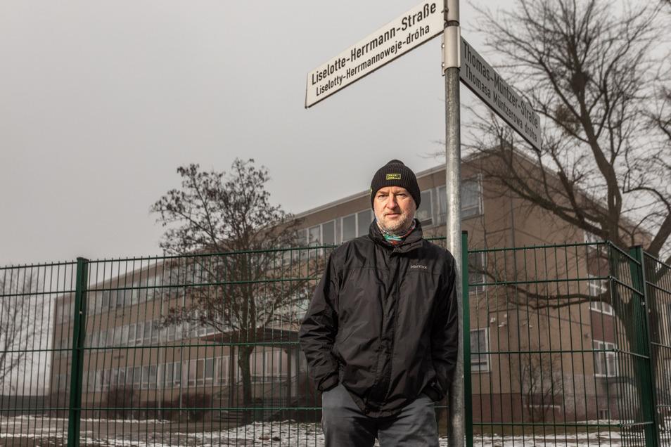 Pfarrer Jörg Michel steht vor einem Asylbewerberheim in Hoyerswerda. Er fordert, dass mehr der Bewohner in eigenen Wohnungen leben dürfen – statt in der Gemeinschaftsunterkunft.