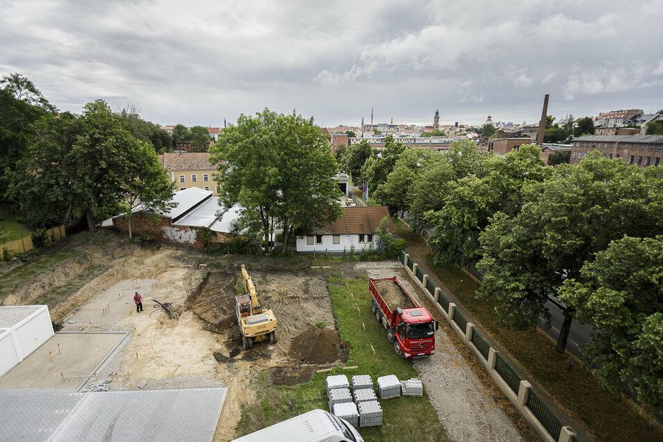 Auf dieser Freifläche neben der Firma Allbö Raumausstattung entsteht der Neubau. Rechts ist die Christoph-Lüders-Straße zu sehen.
