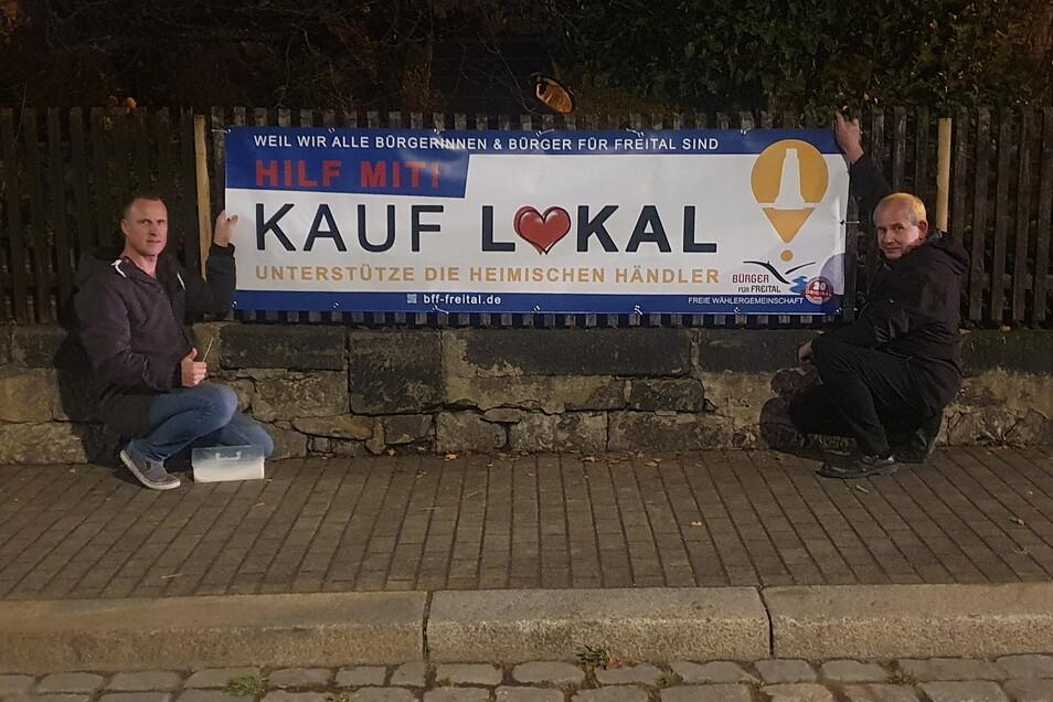 Die Bürger für Freital um Lars Tschirner (links) haben in Freital solche Banner aufgehängt. Wer insgesamt zehn Stück entdeckt, kann etwas gewinnen.