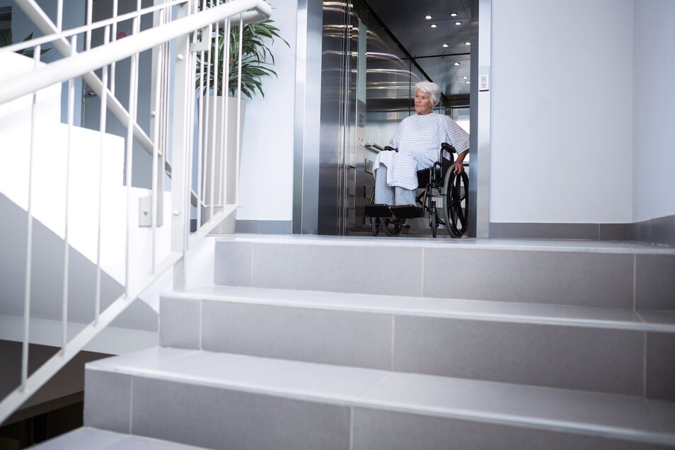 Schon wenige Stufen können im Alter eine unüberwindbare Barriere sein - hier kann ein Treppenlift helfen.