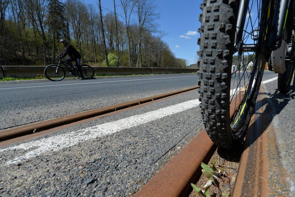 Wer mit dem Vorderrat einmal in die Schienen geraten ist, kann nicht mehr lenken und nicht mehr das Fahrrad ausbalancieren. Ein Sturz ist so gut wie unvermeidlich.