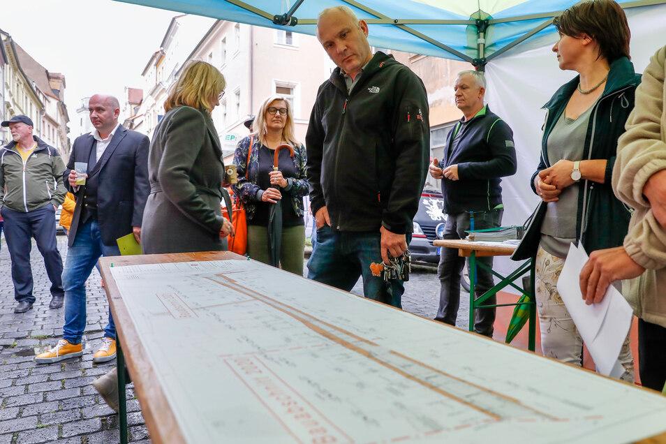 Auf den Tischen waren die Pläne für den Umbau der Inneren Weberstraße ausgelegt.