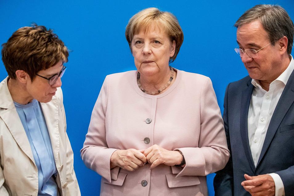 Bundeskanzlerin Angela Merkel (CDU, M), zwischen Annegret Kramp-Karrenbauer und Armin Laschet im Juni 2019.