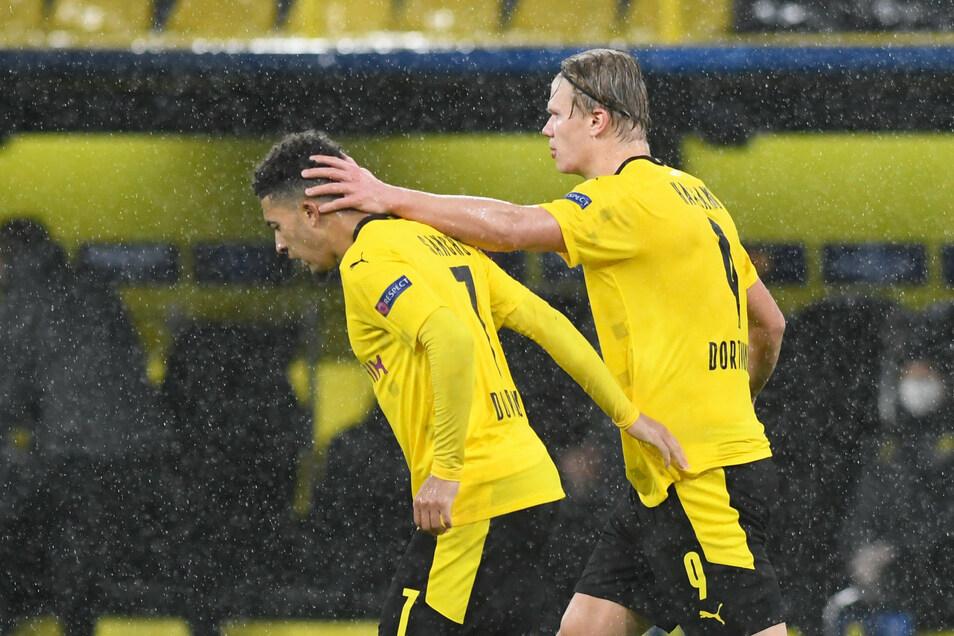 Die Torschützen Jadon Sancho (links) und Erling Haaland bejubeln ihre Treffer und den BVB-Erfolg.