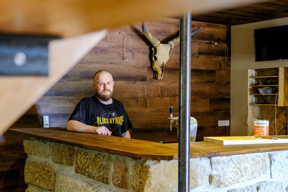 """Ronny Leonhardt, Inhaber der """"Longhorn Bar"""" in Weinböhla, hat mit Unterstützung die Einrichtung neu gestaltet."""