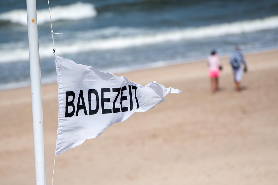 Spaziergänger gehen auf der Insel Sylt am Strand von Westerland entlang. Deutschlands nördlichstes Bundesland Schleswig-Holstein erwartet die Sommerurlauber.