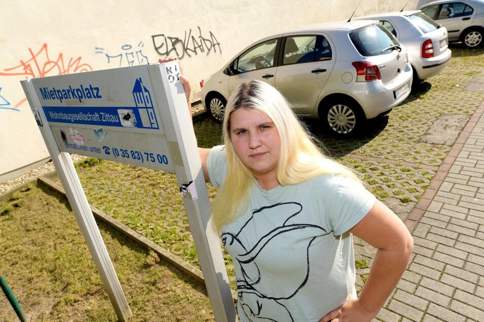 Diana Noack vor dem Mietparkplatz, auf dem es immer wieder Ärger mit Falschparkern gibt.