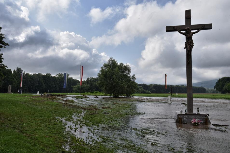 Der Dreiländereckt-Punkt an der Neiße: Die Wiese ist noch teilweise überflutet. Der Pegelstand des Flusses wird weiter beobachtet.