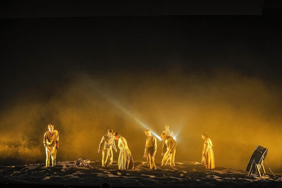 Die großartige Bühne schuf Andrea Wagner.