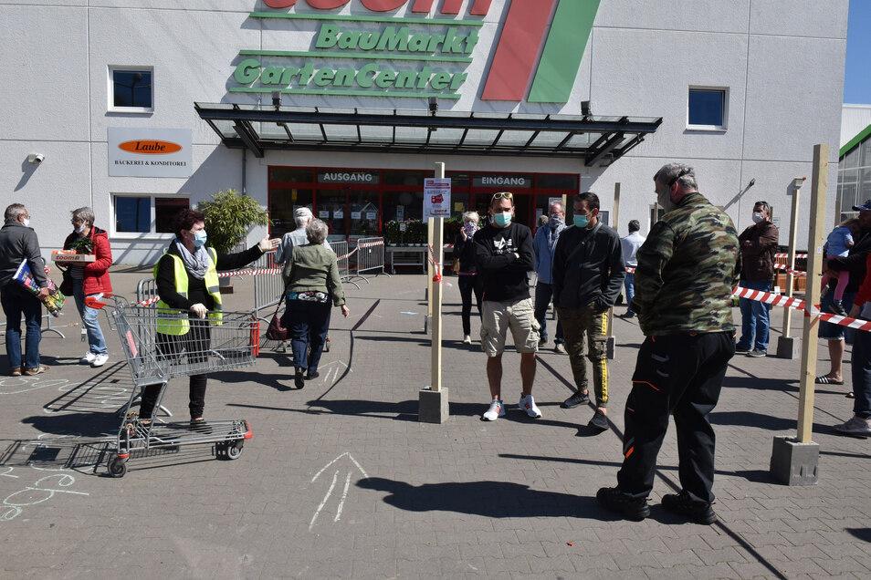 Corona-Wartegemeinschaft vor dem Toom-Baumarkt in Freital. Manche Schlange war kürzer als sie aussah.