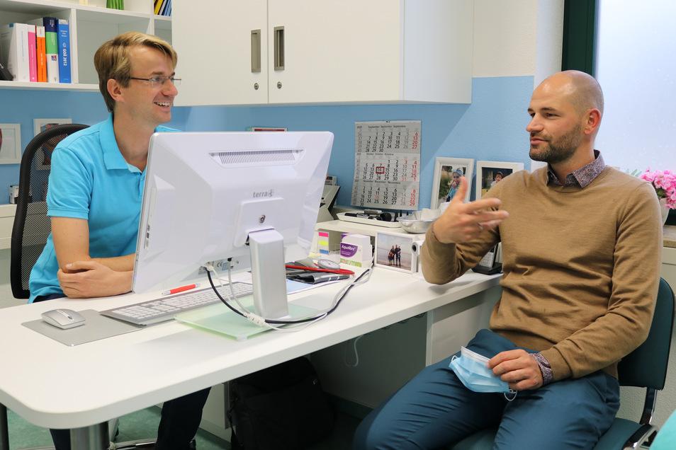 Dr. Paul Jesche (links) und der Hoy-Reha-Chef Christian Kühne besprechen hier miteinander letzte Details des bevorstehenden Umzugs.