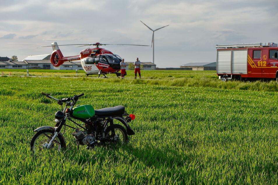 Nach einem Zusammenstoß mit einem BMW landete ein Simsonfahrer am Dienstagabend auf einem Feld bei Jiedlitz unweit der A 4. Auch ein Rettungshubschrauber kam zum Einsatz.