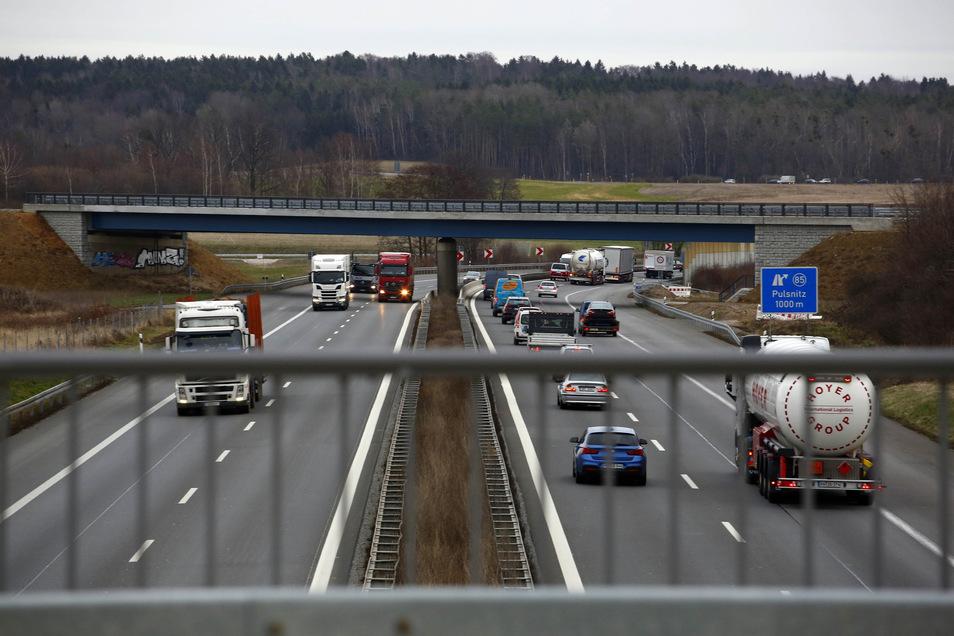 Die vier Spuren können den starken Autoverkehr kaum fassen. Deshalb soll die Autobahn A4 zwischen Dresden und Bautzen ost auf sechs Spuren erweitert werden. Doch passen die unter der neu errichteten Brücke im Hintergrund hindurch?