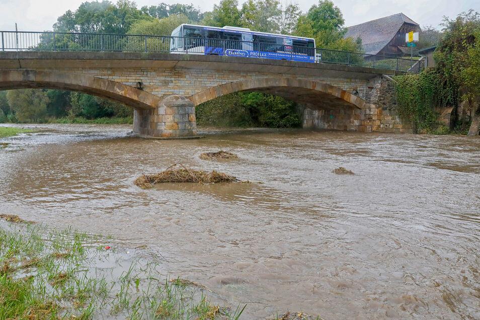 Die Mandau in Mittelherwigsdorf ist am Mittwochnachmittag über ihre Ufer getreten.